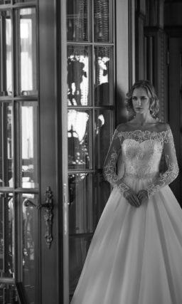 Свадебное платье с расшитым вырезом с портретным декольте и юбкой А-силуэта.