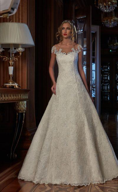 Свадебное платье силуэта «принцесса», по всей длине украшенное кружевом.