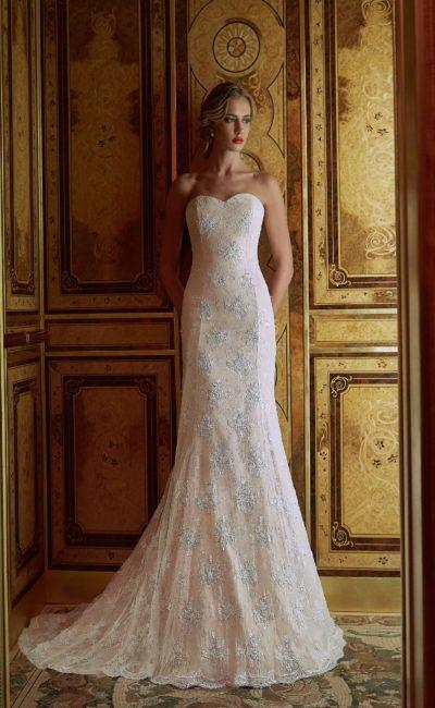 Свадебное платье «рыбка» бежевого цвета с белыми отделкой и верхней юбкой.