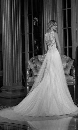 Свадебное платье с декором из вертикальных складок на юбке и кружевным лифом.