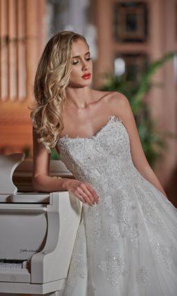 Свадебное платье силуэта «принцесса», которое можно дополнить кружевным болеро.