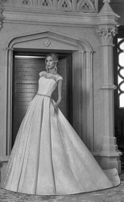 Свадебное платье силуэта «принцесса» из плотной фактурной ткани с V-образным вырезом сзади.