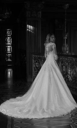Свадебное платье «принцесса» из кружевной ткани с рукавами длиной в три четверти.