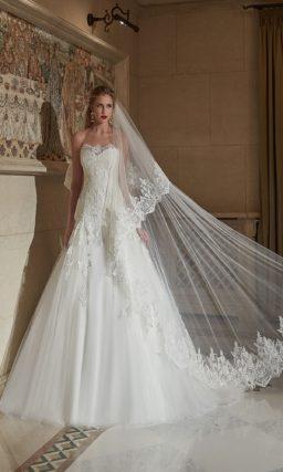 Открытое свадебное платье «принцесса» с кружевным корсетом и аппликациями по подолу.