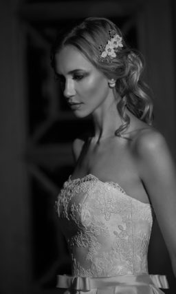 Открытое свадебное платье с прямым декольте и юбкой из атласа с длинным шлейфом.