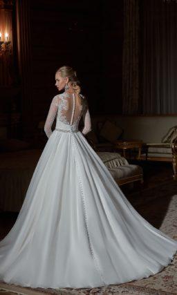 Свадебное платье силуэта «принцесса» с глубоким декольте и ажурной спинкой.