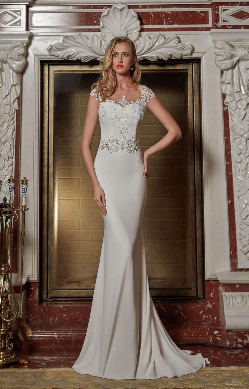 Свадебное платье «рыбка» из атласной ткани с кружевной вставкой на спине.