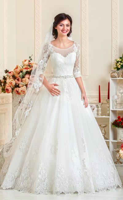 Изысканное свадебное платье с округлым декольте и рукавами в три четверти.