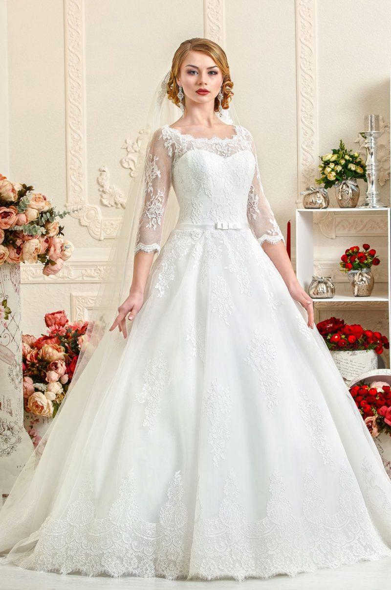 Свадебное платье с пышной юбкой А-силуэта и отделкой из мелких кружев.