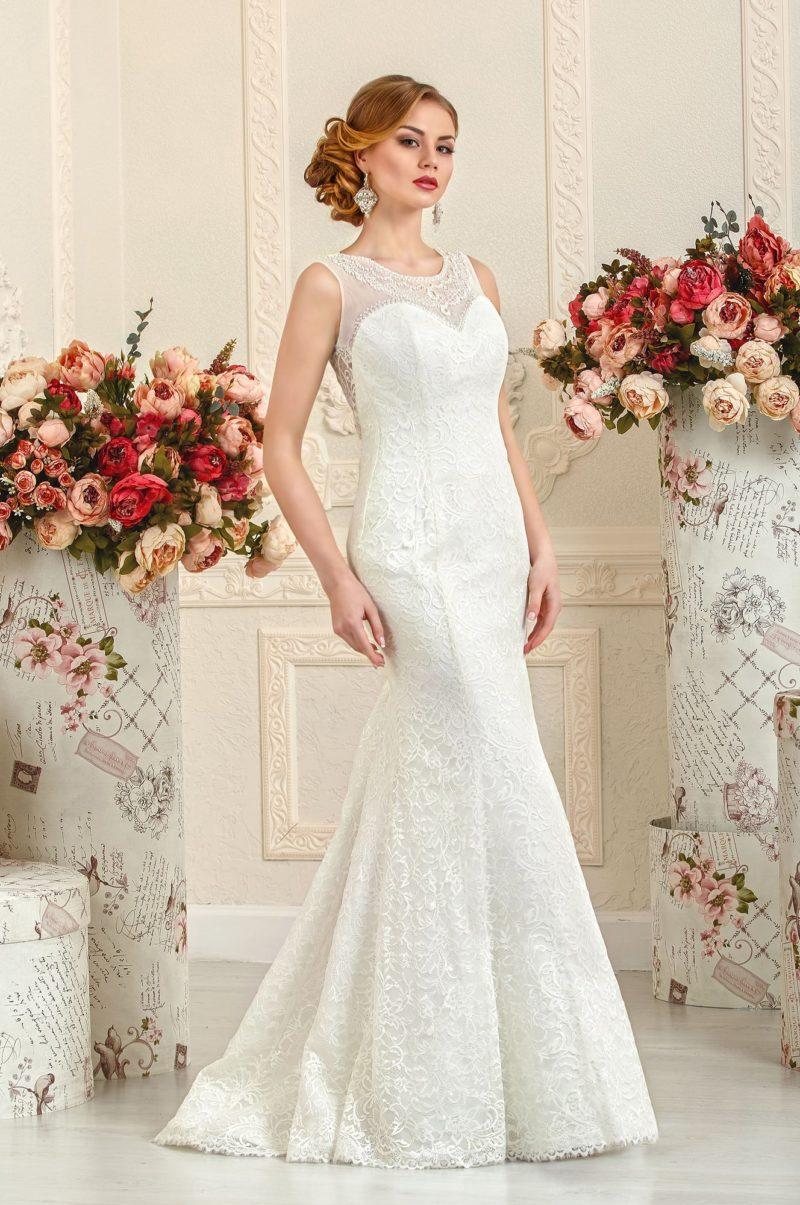 Облегающее свадебное платье «русалка» с отделкой из глянцевого кружева.