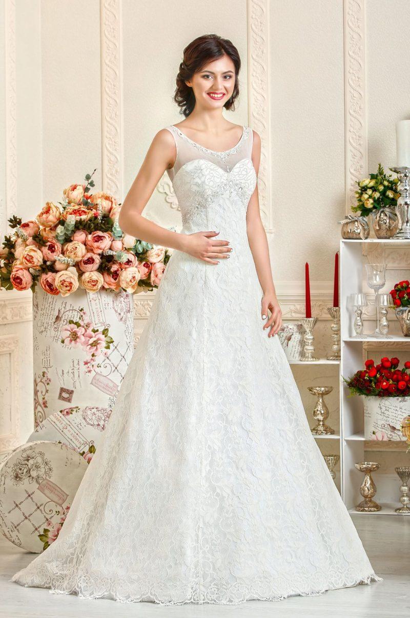 Атласное свадебное платье силуэта «принцесса», покрытое кружевной тканью.