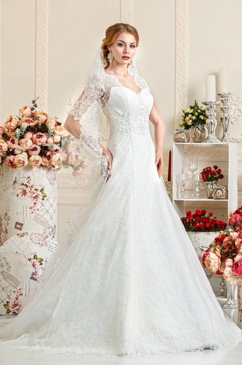 Свадебное платье А-силуэта с заниженной талией и кружевными бретелями.
