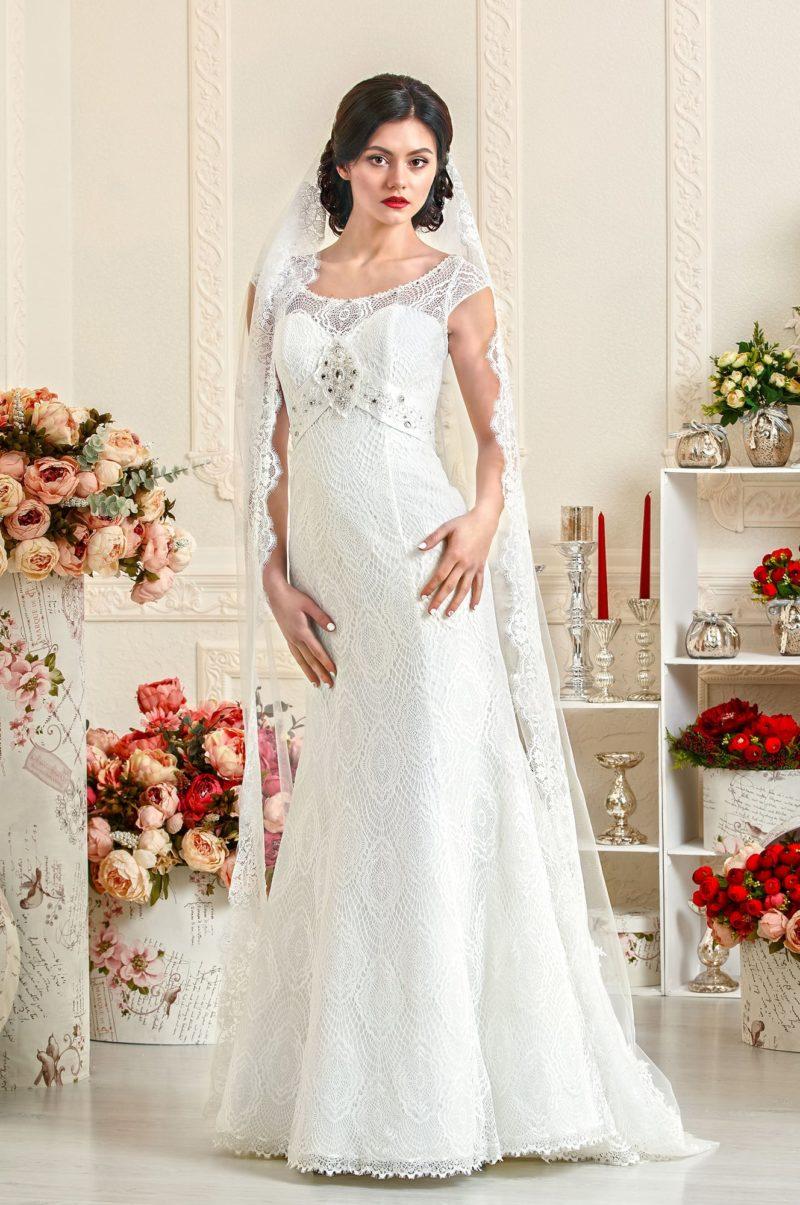 Свадебное платье «рыбка» с завышенной талией и отделкой из ажурной ткани.