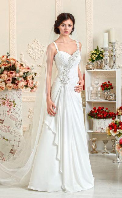 Свадебное платье с ампирным силуэтом и отделкой из аппликаций.