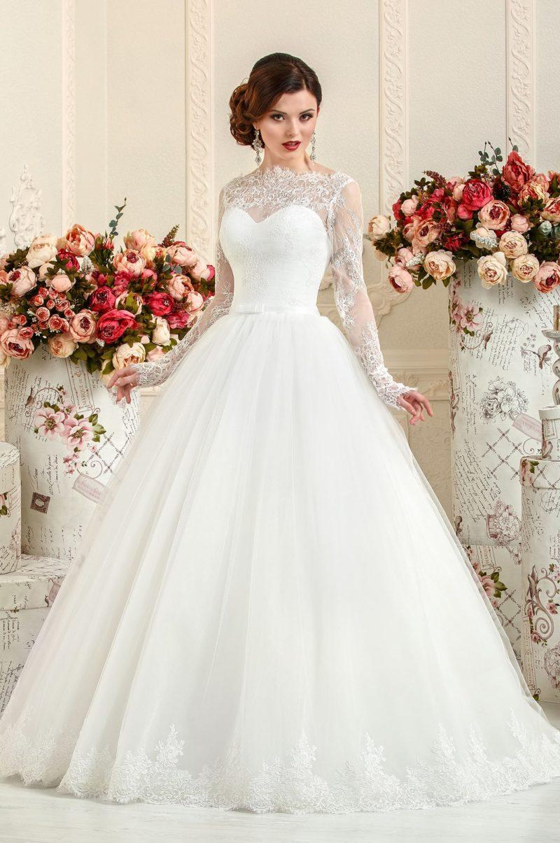 Пышное свадебное платье с кружевной вставкой над декольте и длинными рукавами.