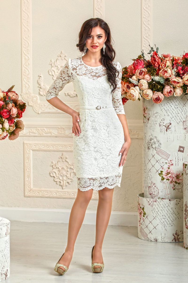 Короткое свадебное платье прямого силуэта, полностью покрытое кружевом.