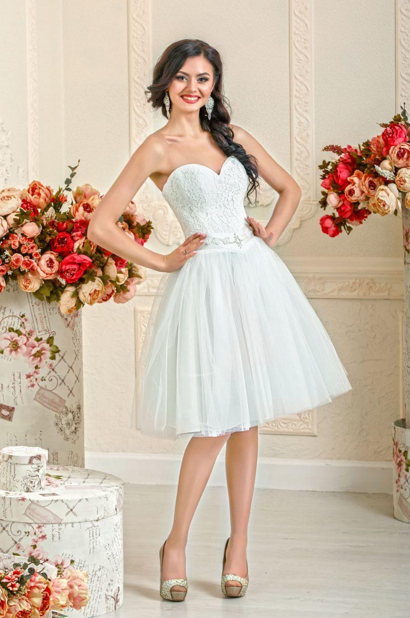 Короткое свадебное платье с пышной юбкой и широким атласным поясом с вышивкой.