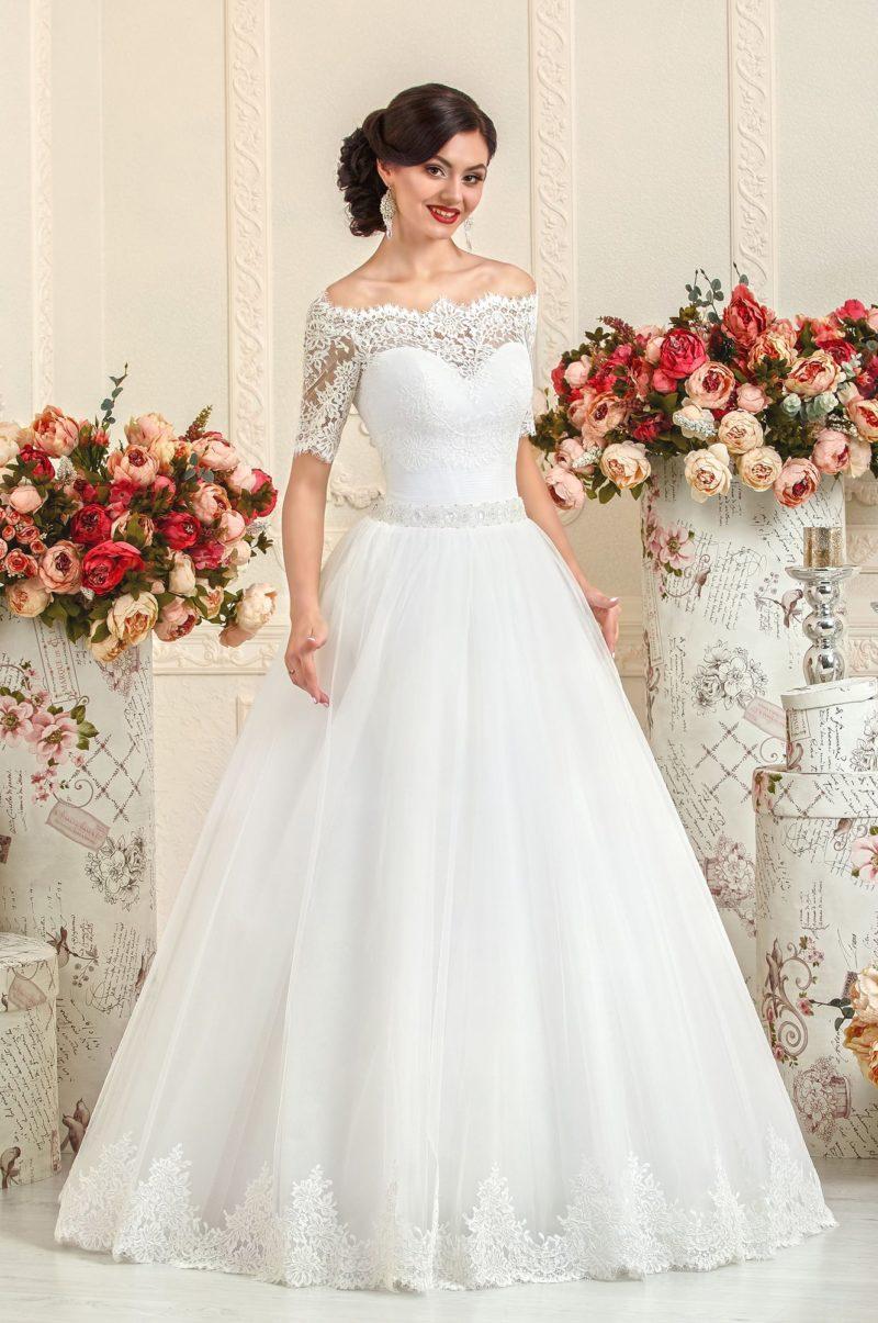 Свадебное платье А-силуэта с ажурным портретным декольте и короткими рукавами.