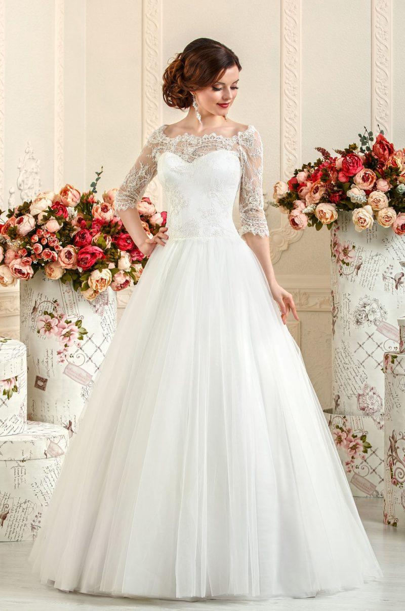 Свадебное платье А-силуэта с изящным портретным декольте из кружева.