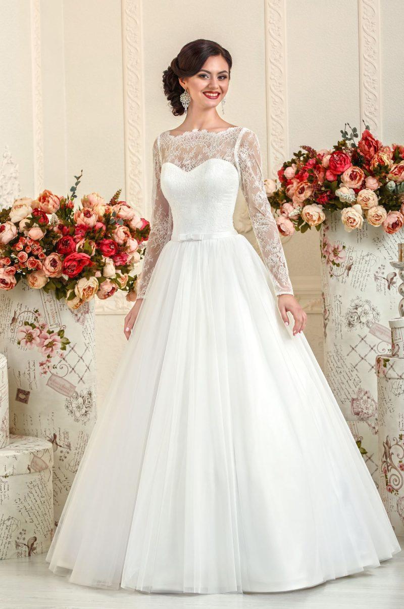 Закрытое свадебное платье с длинными кружевными рукавами и вставкой над лифом.