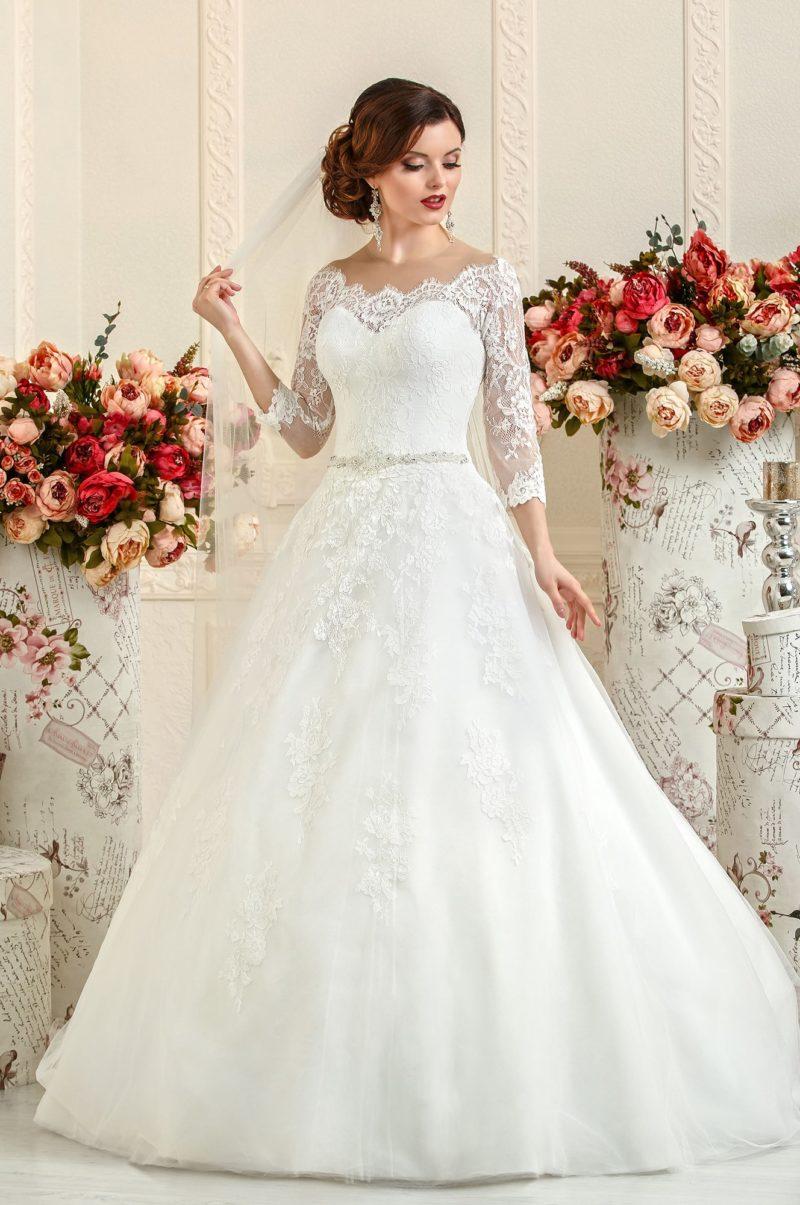 Свадебное платье «принцесса» с округлым фигурным декольте и кружевными рукавами.