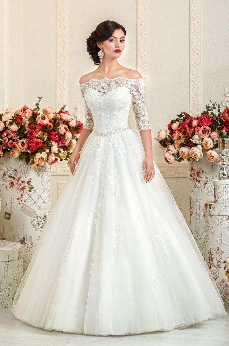 Свадебное платье с кружевным портретным декольте.