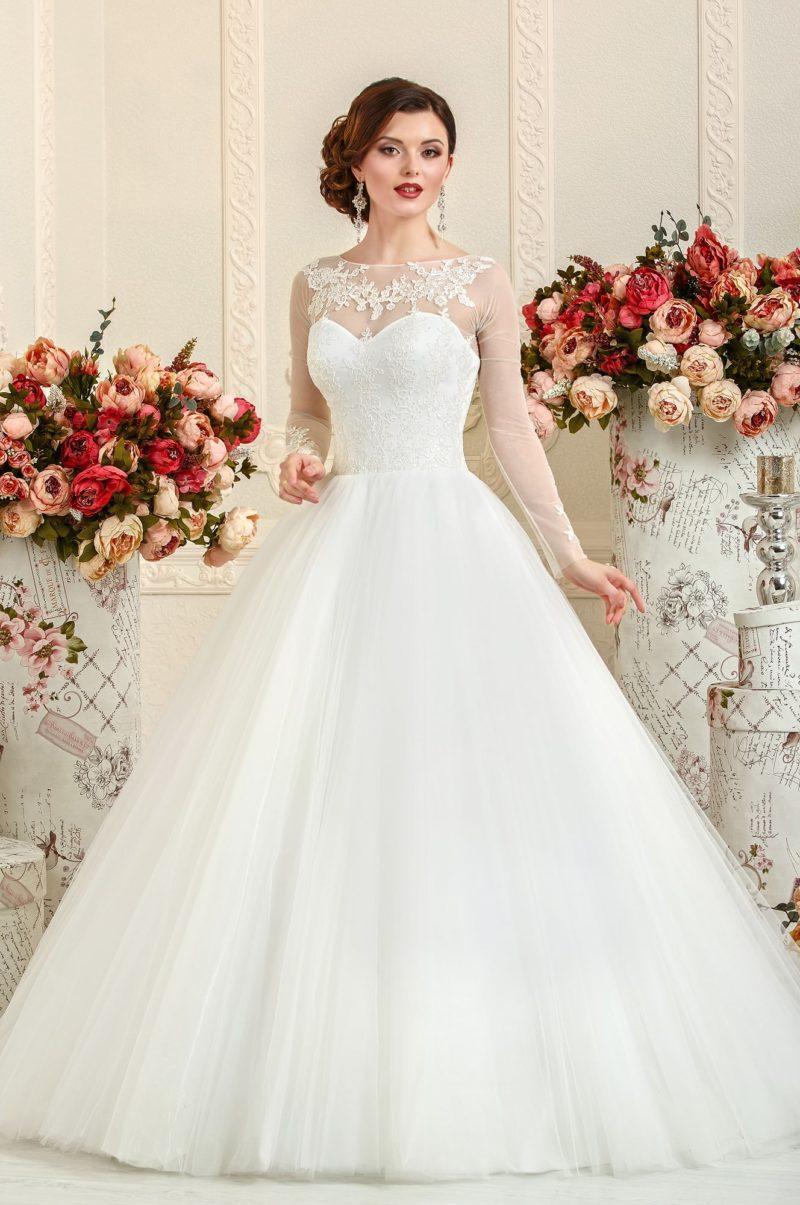 Пышное свадебное платье с длинными рукавами, украшенными кружевом.