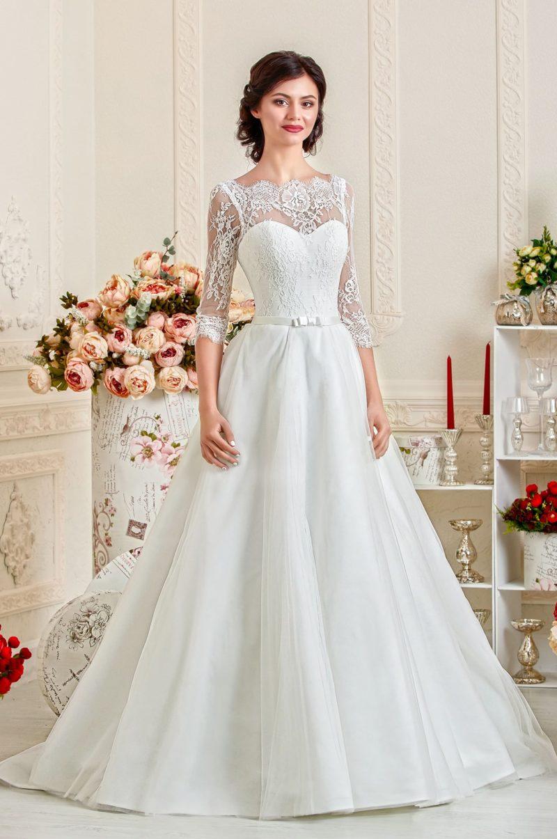 Пышное свадебное платье с кружевными рукавами длиной в три четверти.