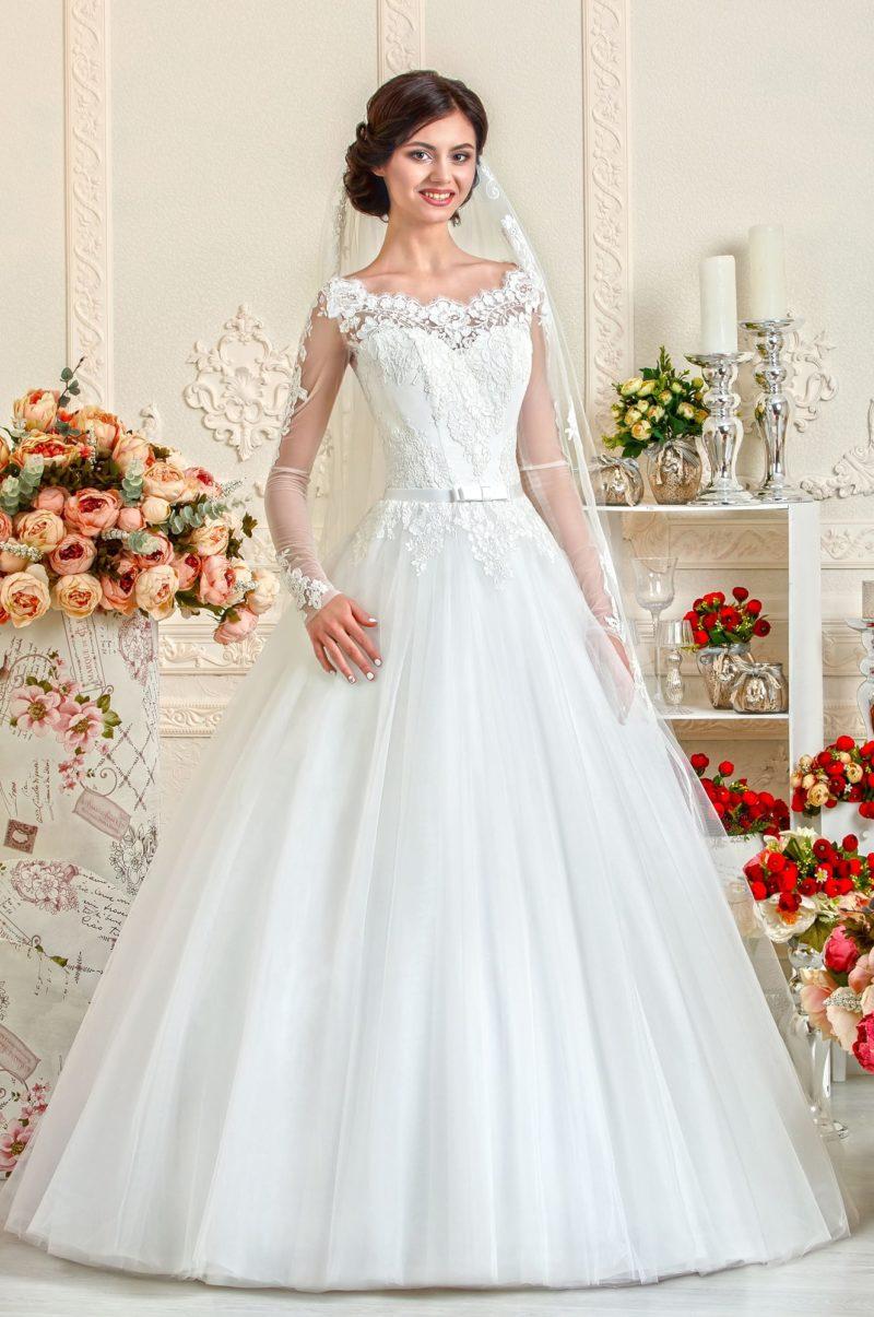 Свадебное платье А-силуэта с фигурным декольте из ажурной ткани и длинным рукавом.