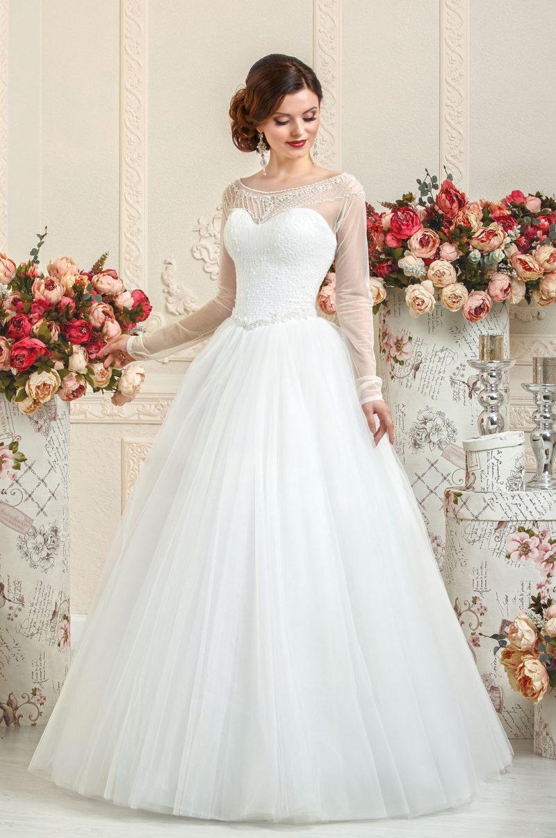 Свадебное платье с силуэтом «принцесса» и полупрозрачной вставкой над лифом.