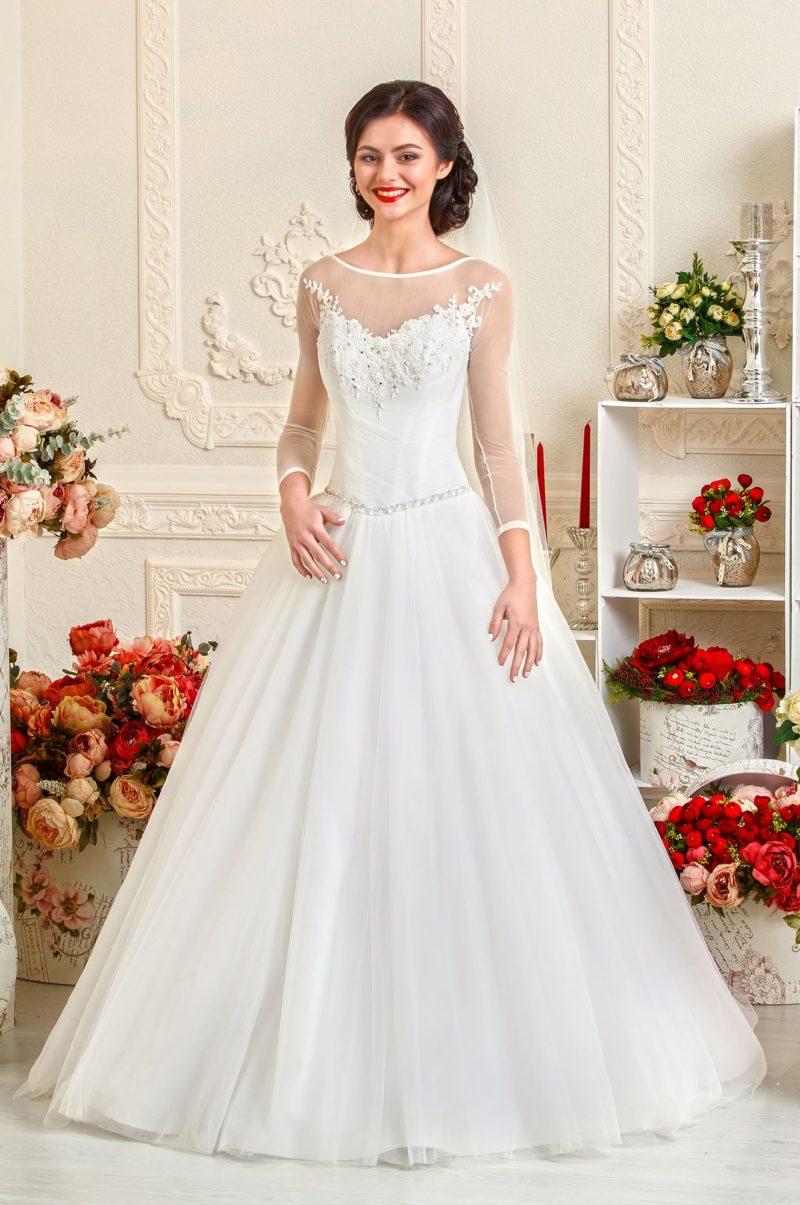Элегантное свадебное платье с длинными рукавами из прозрачной ткани.