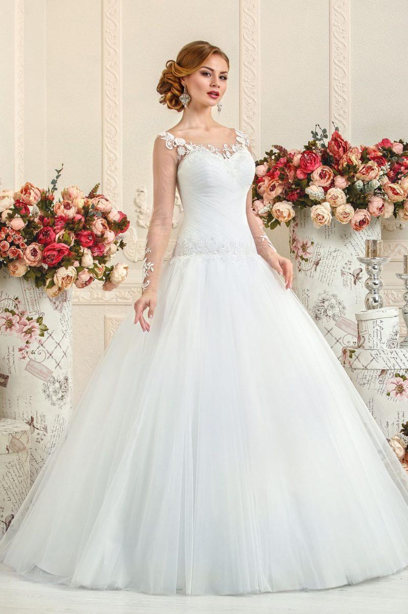 Свадебное платье А-силуэта с прозрачными рукавами с отделкой из кружева.