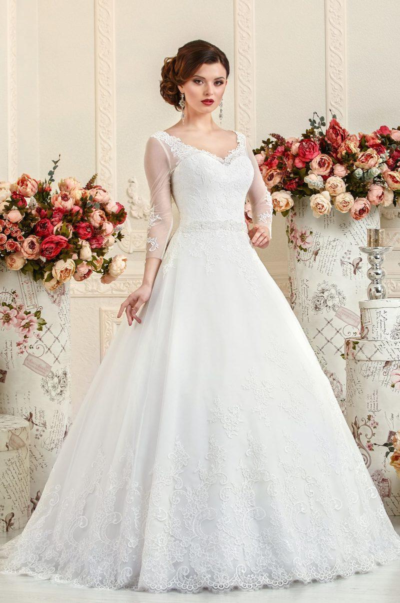 Свадебное платье А-силуэта с заниженной линией талии и длинными рукавами.