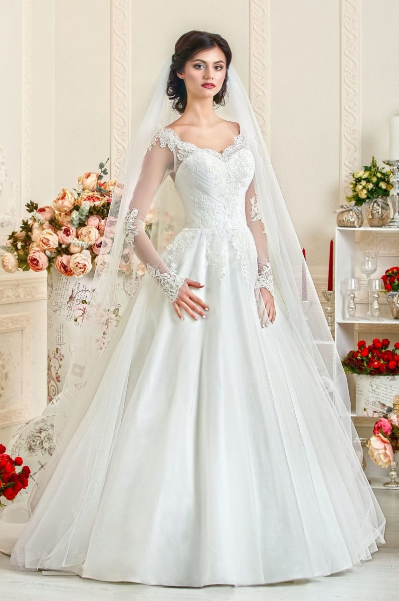 Свадебное платье украшенное драпировками и кружевом.