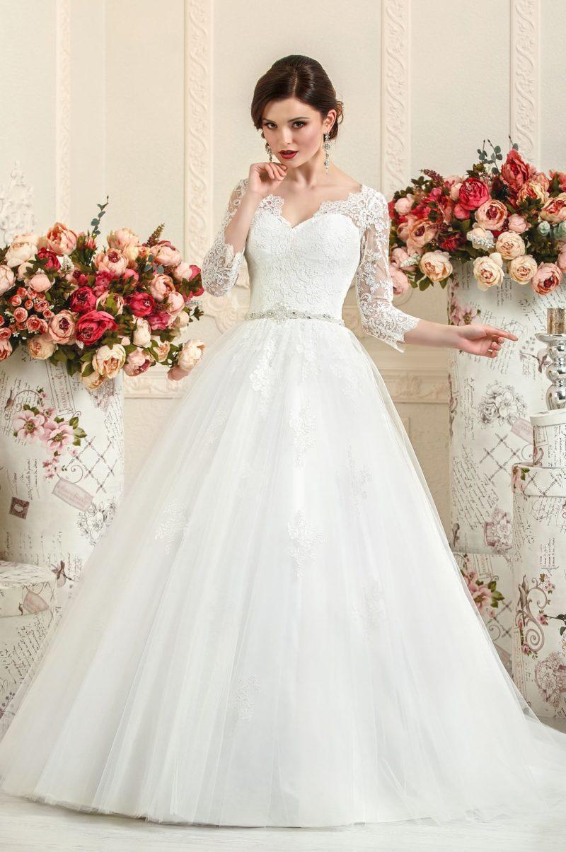 Пышное свадебное платье с длинными рукавами из фактурного кружева.