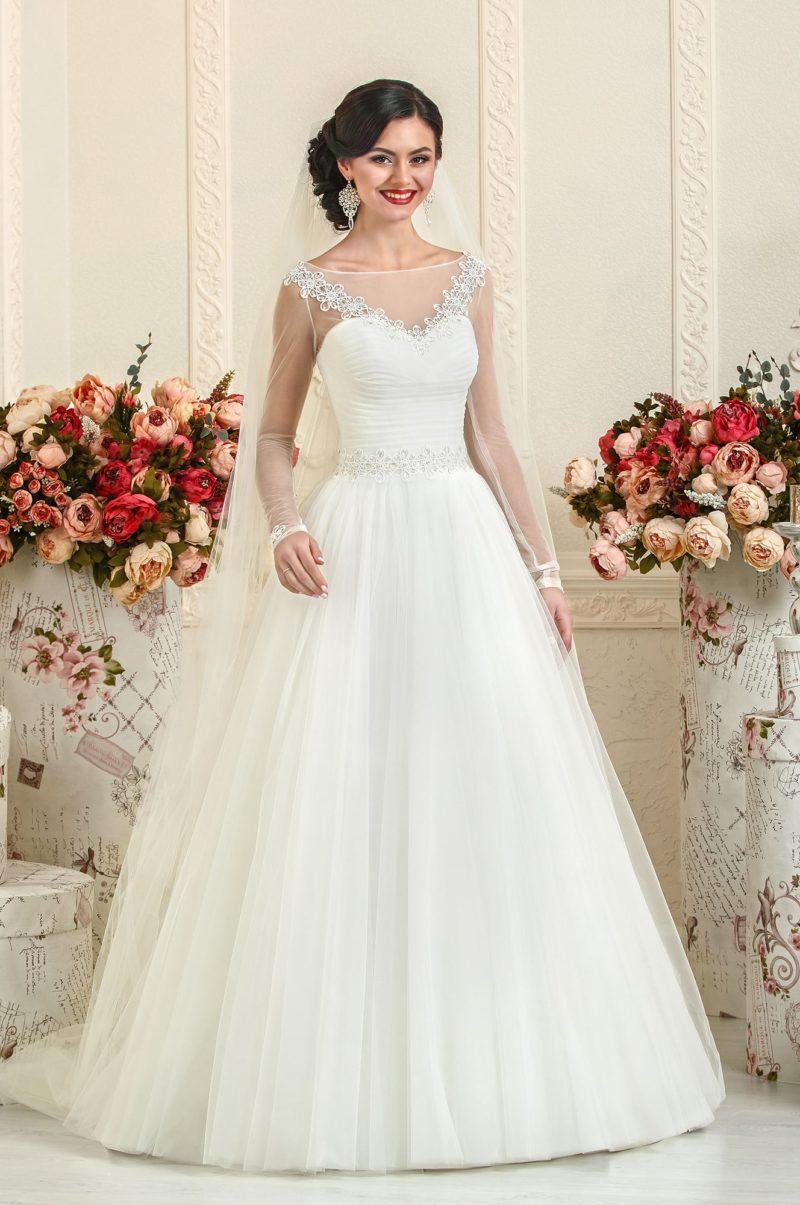 Закрытое свадебное платье с рукавами из прозрачной ткани и вышивкой в области декольте.