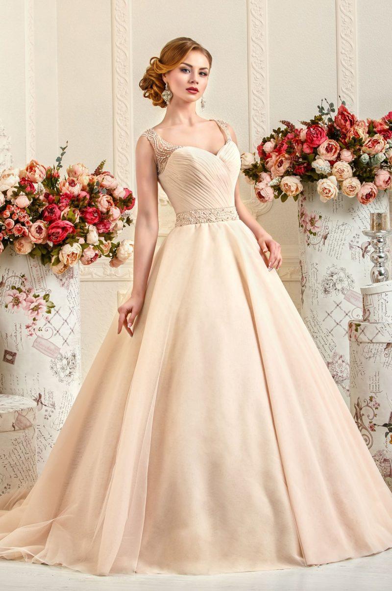 Свадебное платье с силуэтом «принцесса» из ткани персикового цвета.