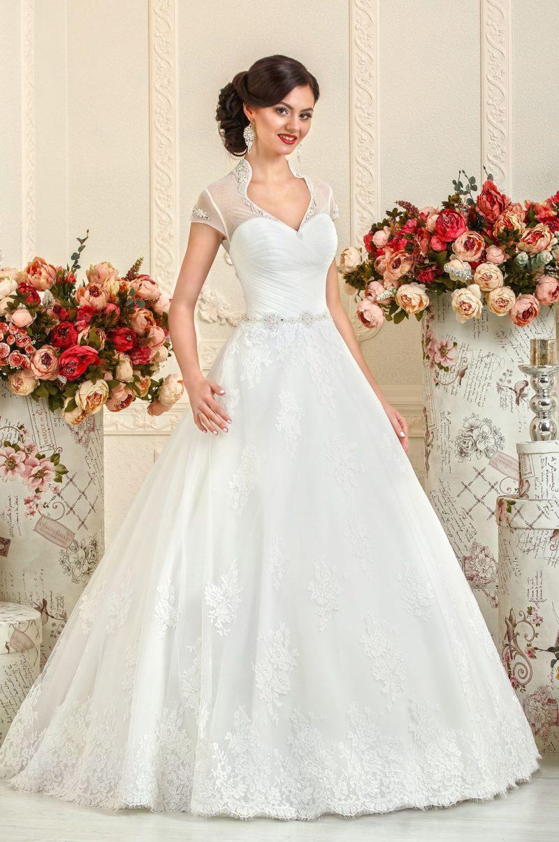 Свадебное платье 2017 с кружевной отделкой юбки и воротником-стойкой.