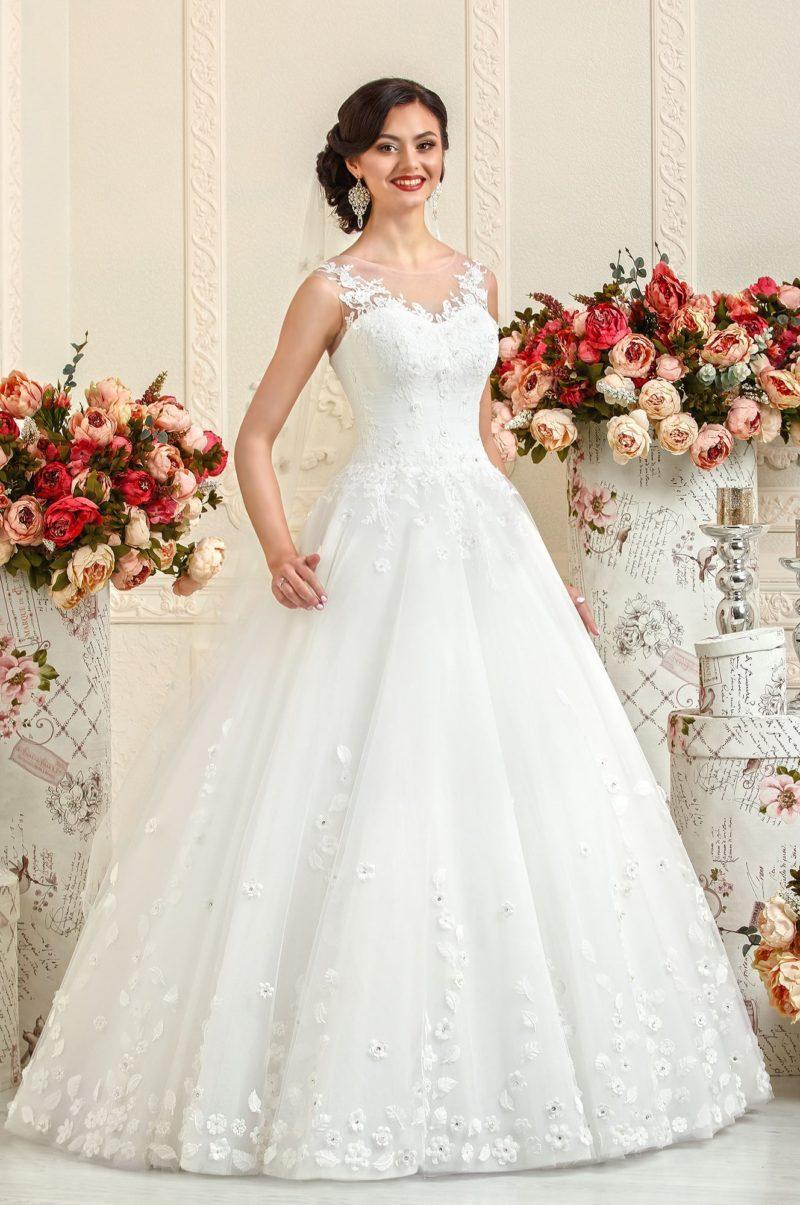 Пышное свадебное платье с отделкой из объемных бутонов по низу подола.