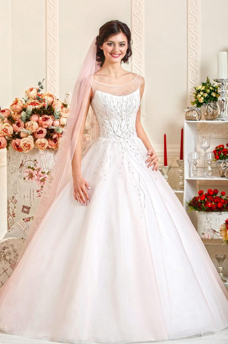 Свадебное платье А-силуэта, украшенное по корсету бисерной вышивкой.