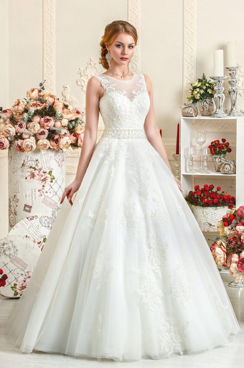 Свадебное платье силуэта «принцесса» с кружевными аппликациями.