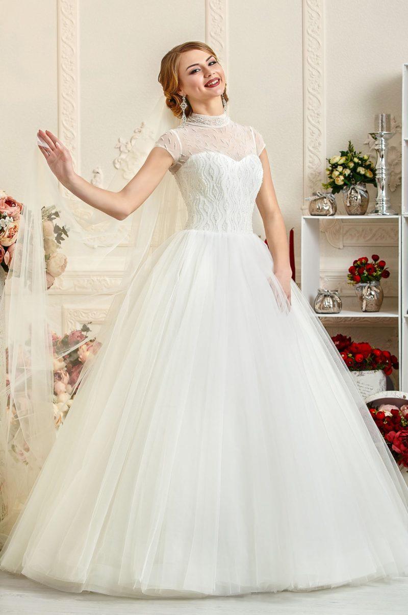 Свадебное платье с короткими рукавами из полупрозрачой ткани и воротником-стойкой.