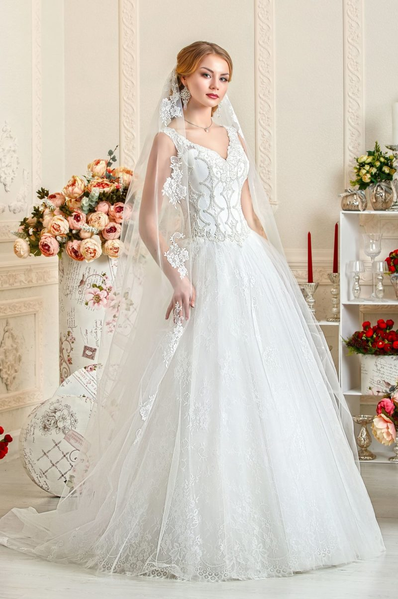 Свадебное платье с атласным корсетом и кружевной юбкой А-силуэта.