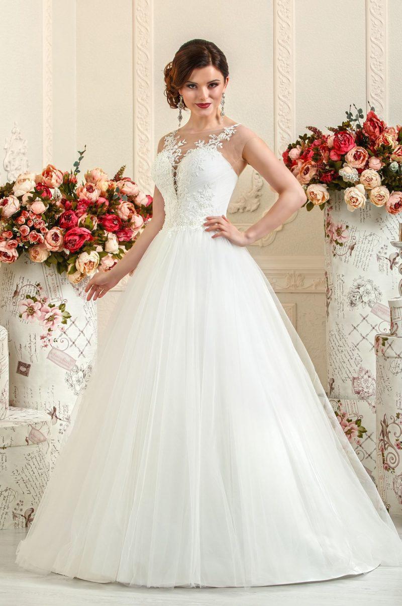 Свадебное платье с глубоким V-образным декольте.