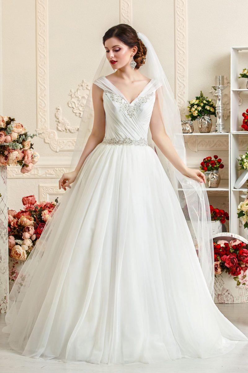 Свадебное платье А-силуэта с глянцевыми драпировками по корсету с V-образным лифом.