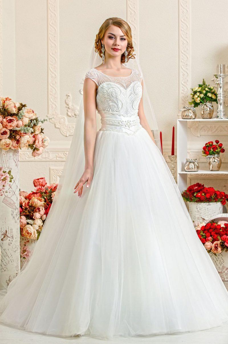 Закрытое свадебное платье с полностью расшитым бисером верхом.