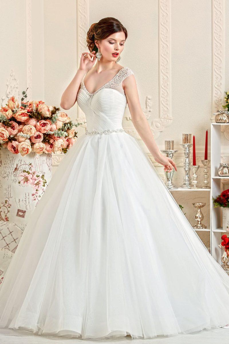 Свадебное платье с силуэтом «принцесса» с декором из драпировок и вышивкой на бретелях.