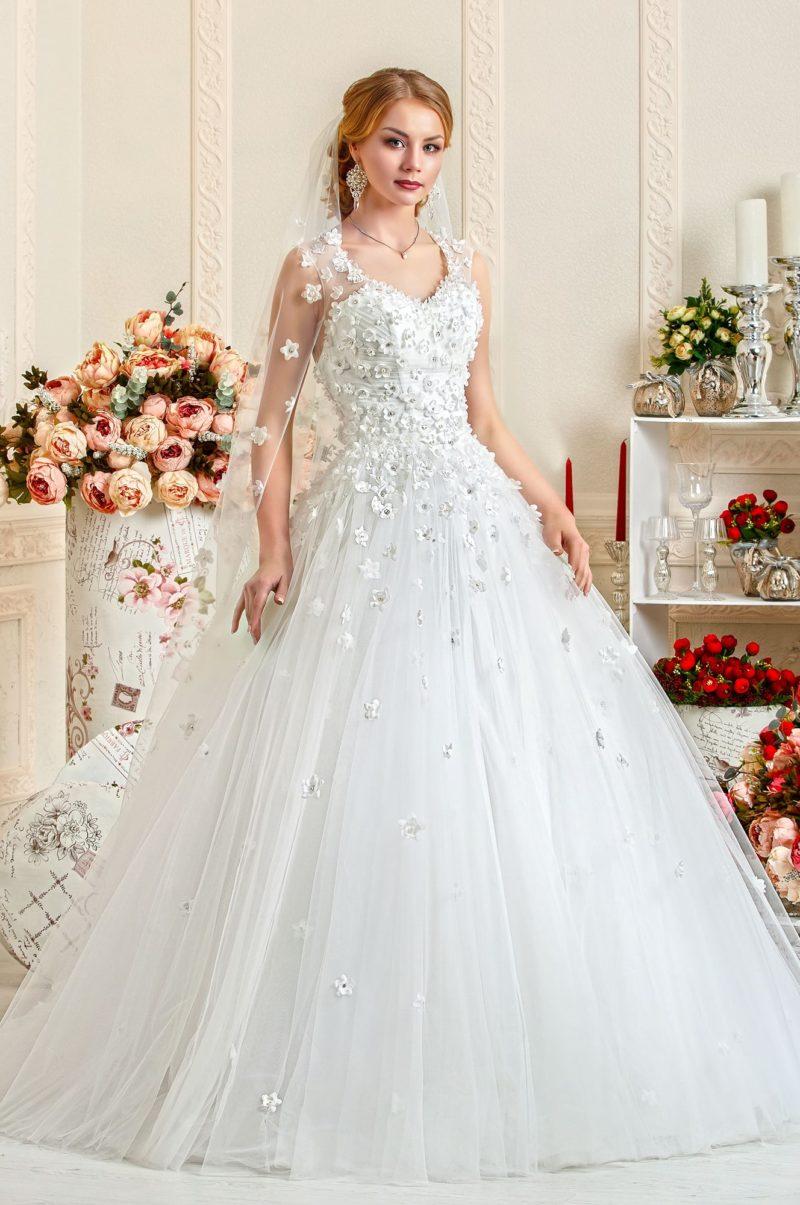 Пышное свадебное платье с объемной отделкой в виде бутонов с бусинами.