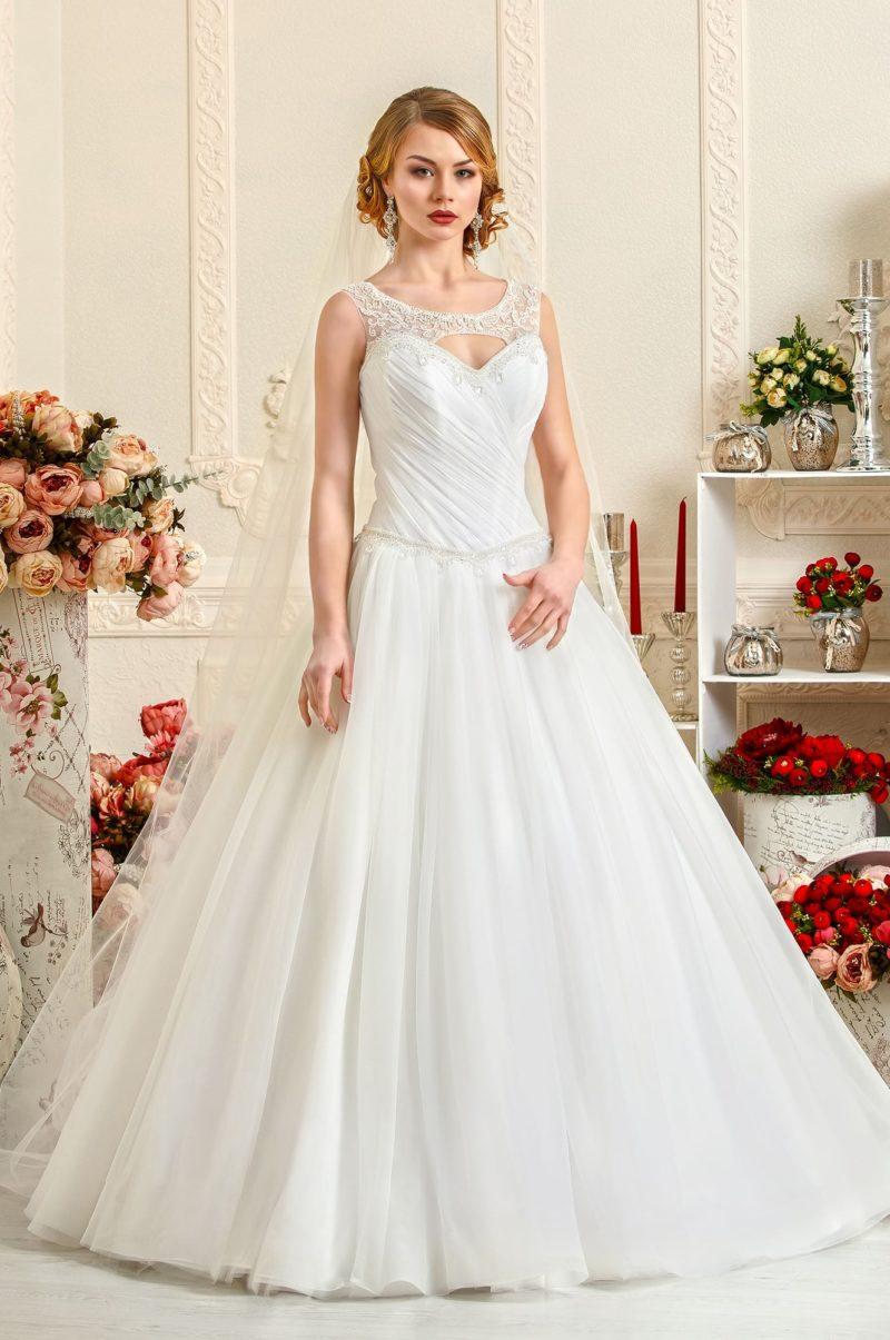 Свадебное платье А-силуэта с необычным оформлением декольте.