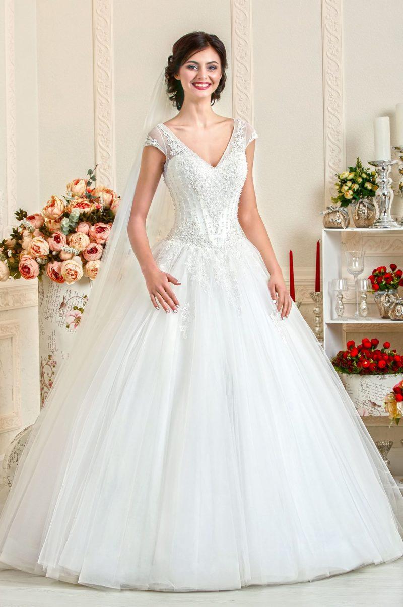 Свадебное платье с атласным корсетом и полупрозрачными бретелями.